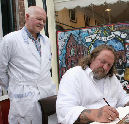 Tattoo-koning bezoekt slager Schiffmacher (filmpje)