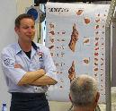Slager geeft klanten uitleg over herkomst biefstuk