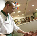 Slager Gunnink laat jeugd hamburgers maken