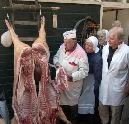 Slager snijdt karbonades van 'varken op de leer