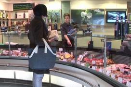 Vrouwenhand in slagerij Van Ree heel duidelijk