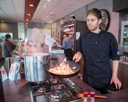 Foto 1 koken in het zicht bij slagerij snels in raamsdonkveer foto peter roek 525x420