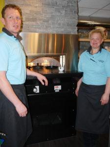 Gert en Yvonne Schuiteman voor de ambachtelijke steenoven van Broodjes Lunch