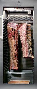 Met de aanschaf van speciale machines kan de slager ervoor zorgen dat processen nog gecontroleerder plaatsvinden, zoals met de De Leede De Dry-ager 500 en 1000. Foto: Delmo Groep
