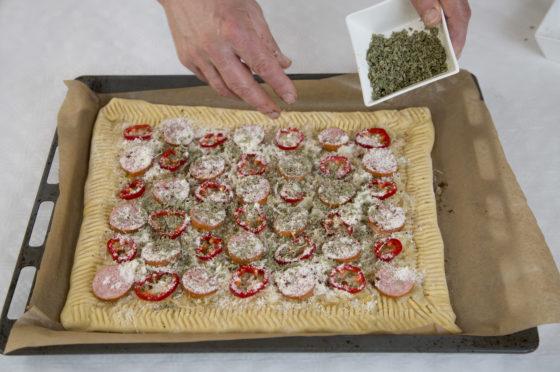 Garneer als laatste met majoraanblad, kruidnagels en geraspte kaas. Foto: Jan Willem Schouten