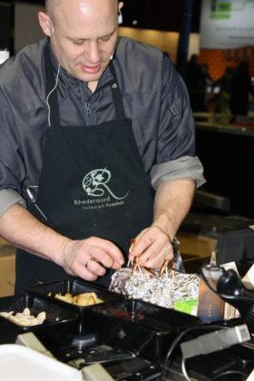 Chef-kok Jeroen van Deursen van Restaurant Koetshuis in Rhederoord varieert met insecten.