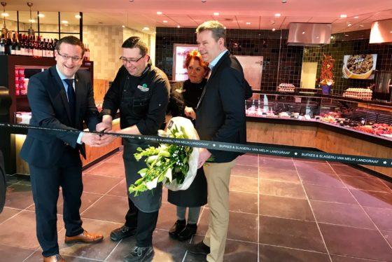 Wethouder Lucassen van economische zaken en Charles Sampers, algemeen directeur Van Melik Food Groep, hebben de volledig vernieuwde vestiging officieel geopend.