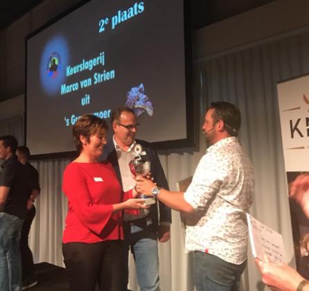 Juryvoorzitter Jord Althuizen overhandigt de derde prijs aan Keurslager Van Strien.