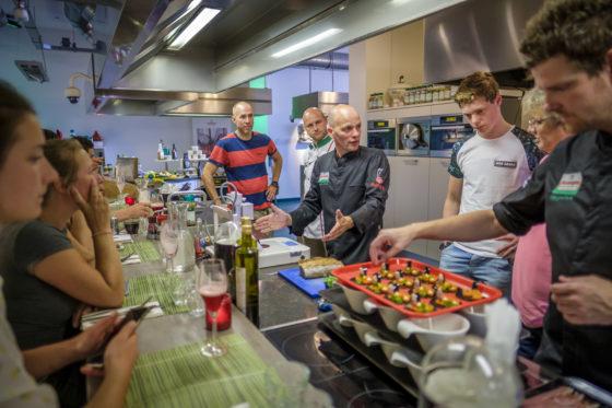 (C) Roel Dijkstra / Joep van der Pal   Enkele prijswinnaars krijgen een rondleiding door de fabriek van Verstegen in Rotterdam.
