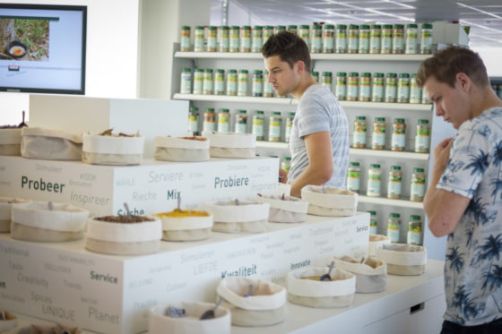 (C) Roel Dijkstra / Joep van der PalEnkele prijswinnaars krijgen een rondleiding door de fabriek van Verstegen in Rotterdam.