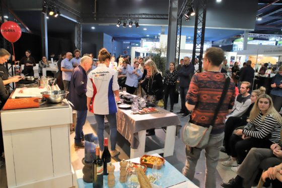 De wedstrijd om de Leukste Slagerij van Nederland in volle gang. Juryleden Paul van Trigt en Josja Haagsma bekijken samen met Corine Boom de tafelpresentaties. Foto: Peter Garstenveld