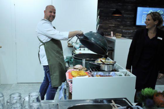 Gezelligheid in de 'keuken' van pop-up bistro van Patron. Foto: Peter Garstenveld