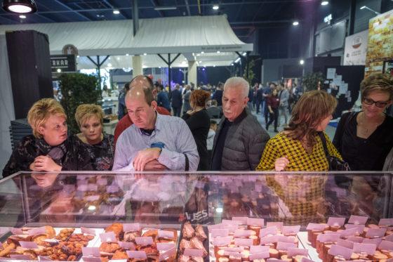 Er is veel bekijks bij de volle vitrines waarin de inzendingen voor de vakwedstrijden liggen. (C) Roel Dijkstra Fotografie / Foto : Fred Libochant