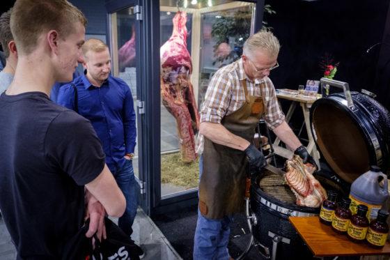Bij Stockyard worden grote stukken vlees geroosterd op de Green Egg-bbq. (C) Roel Dijkstra Fotografie / Foto : Fred Libochant