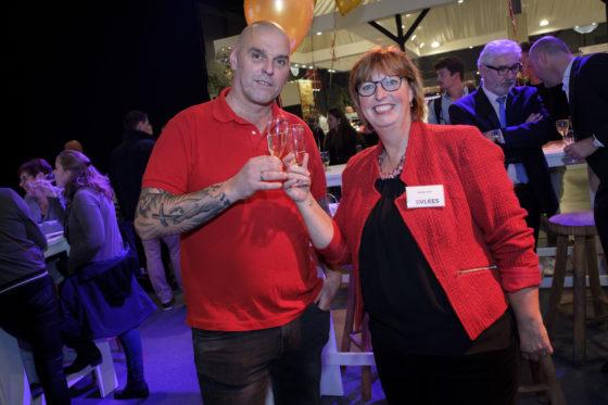 Columnist en slager Gertjan Kiers en hoofdredacteur Marijke Buijs toasten op het tien-jarige jubileum van Vleesmagazine. (C) Roel Dijkstra Fotografie / Foto : Fred Libochant