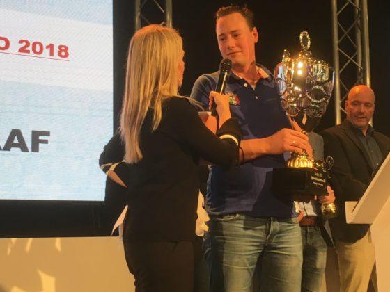 Slagerij Nathan Burggraaf uit Culemborg werd Nederlands overall-kampioen Slavakto 2018. Daniël Burggraaf neemt de prijs in ontvangst van  presentatrice Corine Boom. Foto; Marijke Buijs
