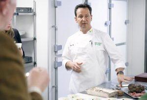 Rogér Rassin, lid van de Chefs' Irish Beef Club, gaf in zijn keuken enkele bereidingstips en -tricks aan de aanwezigen in het Amstel hotel.