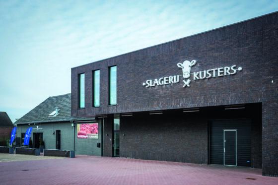Slagerij Kusters is gevestigd in een opvallend pand langs de Rijksweg in Margraten.