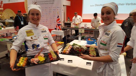 Josja Haagsema (l) en Tessa Moerland behaalde een gedeelde eerste plaats bij het onderdeel: bereiden en presenteren van een barbecueschotel.