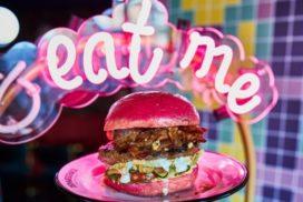 Ter Marsch & Co bakt roze burgers op Pride Amsterdam