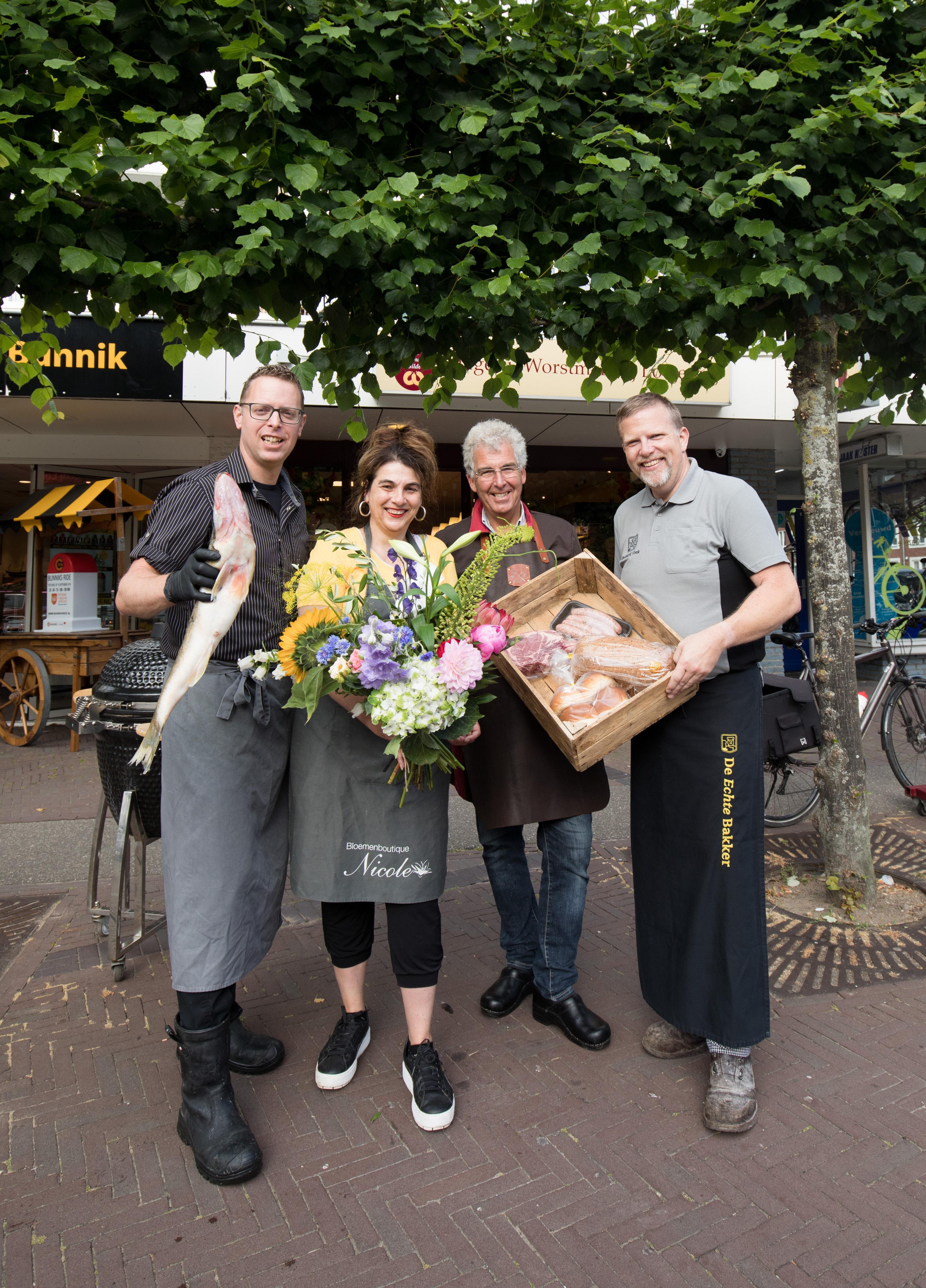 Slager Lotgering en bakker Vonk samen met Chris Vis van de Vishandel en de bloemiste van Bloemenboutique Nicole, die allemaal deelnemen aan het project.