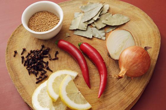 De toevoegingen aan de azijnoplossing geven een smakelijk karakter aan het product.