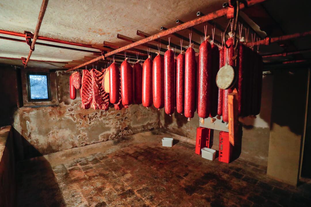 De kelder onder de winkel benut Gielen om vleesproducten te laten drogen
