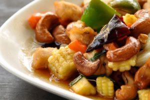 Roerbak van kip en cashewnoten